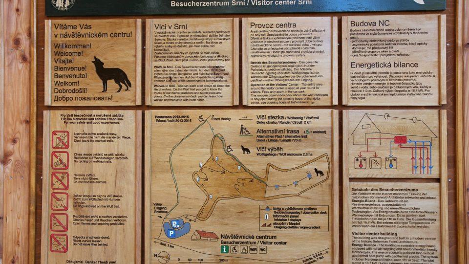A právě u návštěvnického centra začíná i venkovní okruh s informačními tabulemi, který vede až výběhu vlků