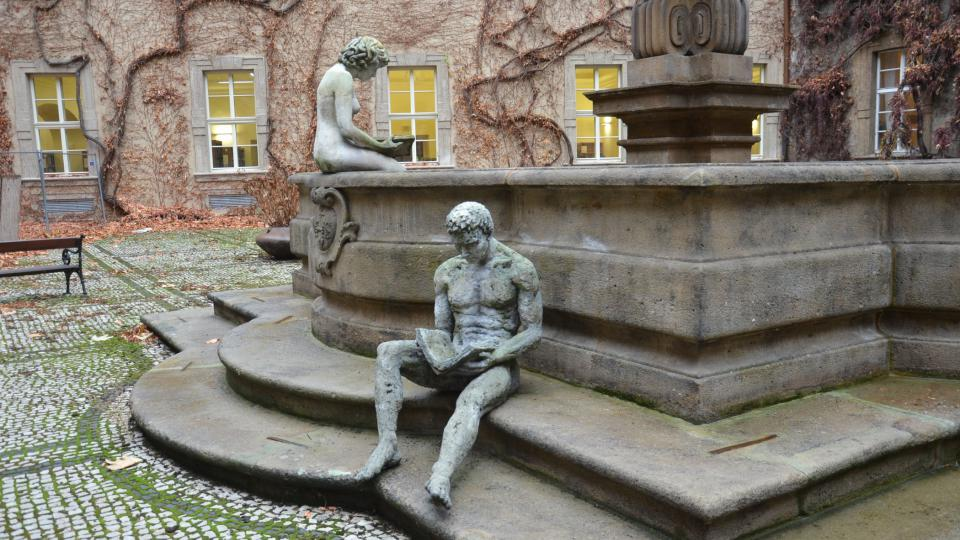 Sochy čtenářů na kašně z rukou výtvarníka Michala Trpáka