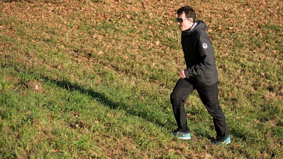 Chůze do kopce je náročnější a pomáhá tak k efektivnějšímu spalování energie. Tím zapojíte více svalových partií dolních končetin, zrychlí se srdeční tep s dopadem na efektivnější spalování energie