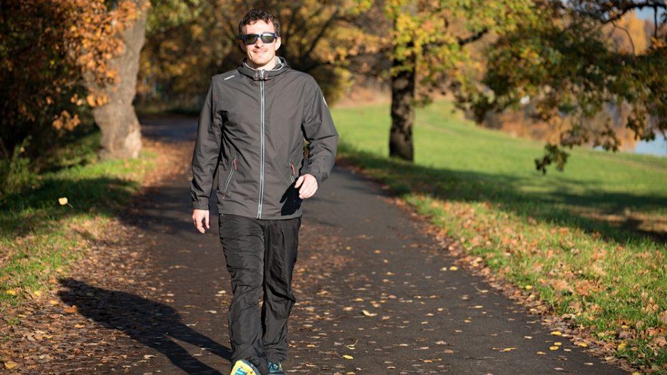 Chůze je přirozeným pohybem, kdy zapojujete dolní i horní končetiny. Chodidlo při došlapu pokládejte do osy chůze. Pozor na vybočené špičky