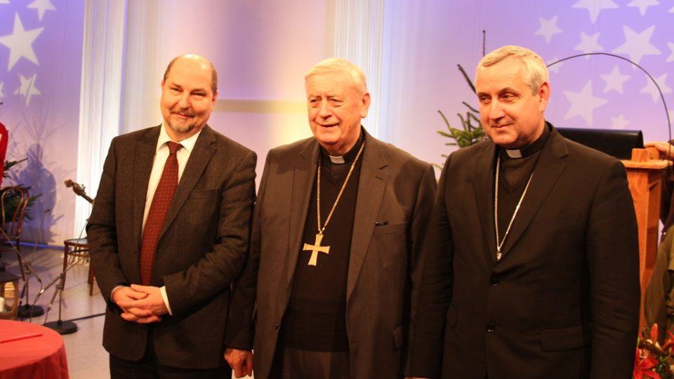 Redaktor Filip Černý vyrazil pro Betlémské světlo na slavnost ORF do Lince. Té se zúčastnil i budějovický biskup Vlastimil Kročil (vpravo)