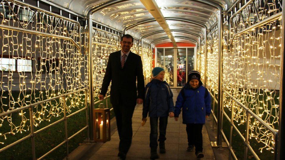 Filip Černý a dva světlonoši odcházejí z budovy ORF v Linci s Betlémským světlem