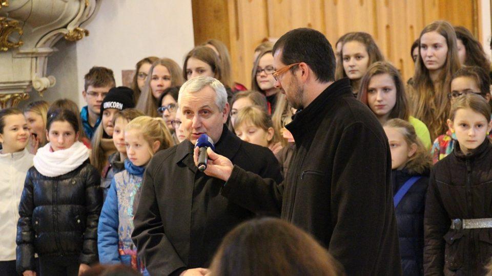 Předání Betlémského světla v českobudějovické katedrále. Biskup Vlastimil Kročil