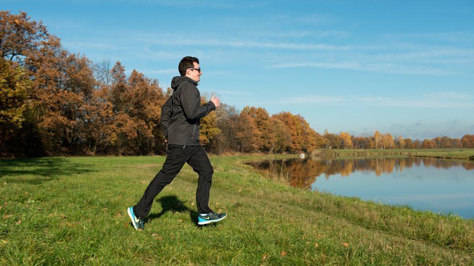 Pro běh si vybírejte měkký povrch a investujte do kvalitní obuvi. Je důležité mít uvolněné ruce, nesvíráte štafetový kolík, proto dlaně a prsty nechte ve volné a vám příjemné pozici.