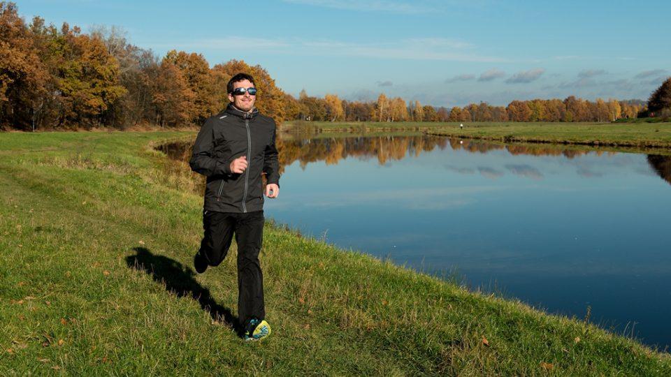 Při běhu platí zásada rovného těla. Zapojte horní končetiny, vyprste se, ale nehrbte se. Pokud při běhu nestačíte s dechem, uberte. Spíše než na nádech se soustřeďte na výdech