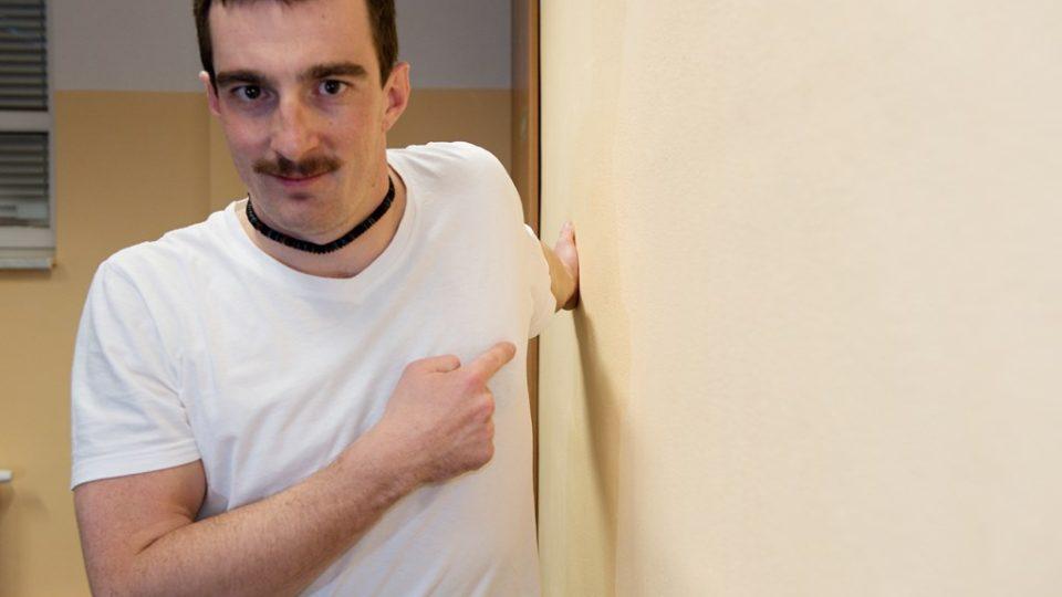 Protažení prsního svalu, kdy horní končetinu opřete o zeď tak, jak je vyobrazeno na fotografii. Samotné protažení ucítíte ve chvíli, kdy se trupem (bez hnutí s nataženou horní končetinou) přitisknete pomalu ke zdi