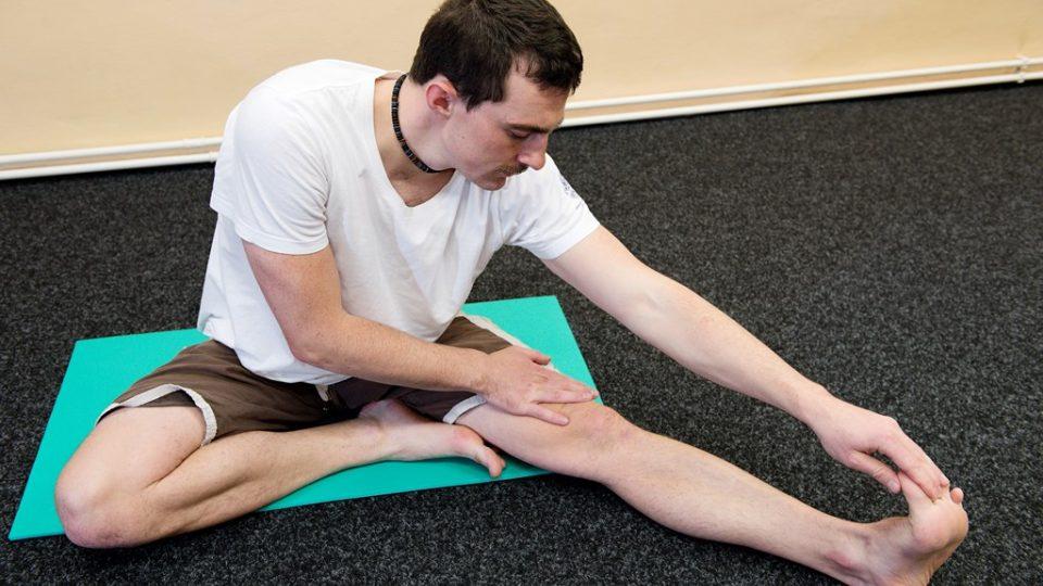 Protažení zadní strany stehna. Vždy se předklánějte s výdechem a opět hlídejte záda, která musí zůstat v oblasti bederní páteře rovná. V pozici, kdy pnutí bude příjemné, zastavte a setrvejte alespoň 15 vteřin