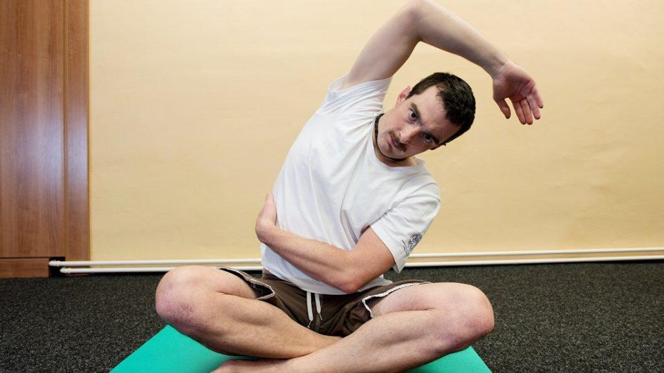 Protažení mezižeberních svalů v sedě. Ze základní polohy s výdechem do úklonu vlevo. Stejným způsobem s výdechem protáhněte levé mezižebří. Cvik probíhá opět s rovnými zády a se zdviženou horní končetinou, která slouží k efektivnějšímu protažení