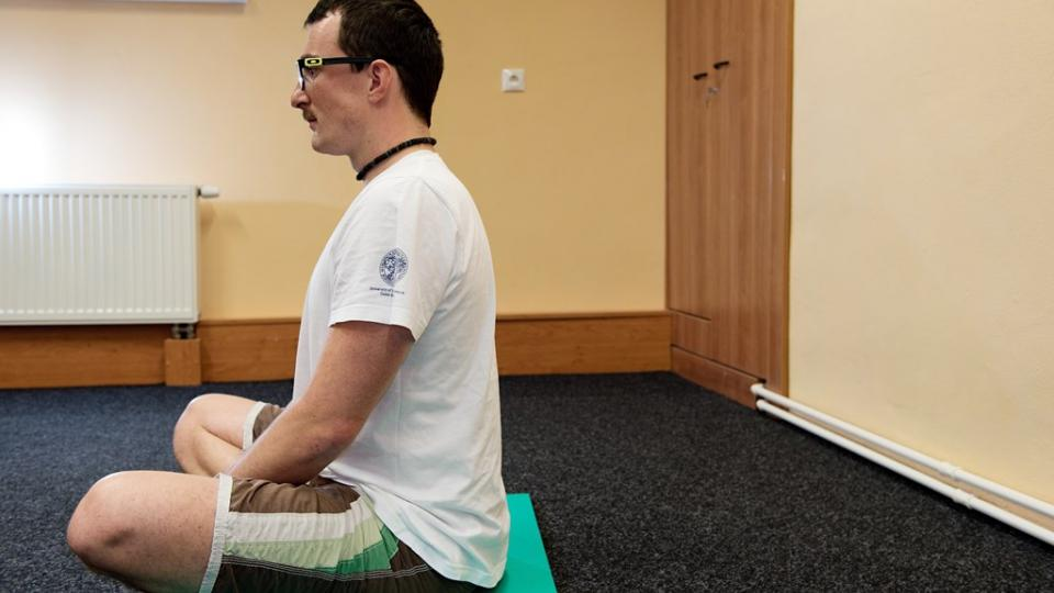 Základní poloha zachycená z boku. Při sedu jsou důležitá rovná záda. Při správném sedu by se nemělo objevovat zakulacení v oblasti bederní páteře. Stejně tak hlava v jedné ose s rameny, ne předsunutá