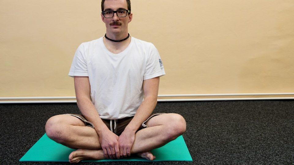 Základní poloha u protahování. Sed nebo leh je ideální, protože jsou uvolněné velké svalové skupiny a tak je protažení efektivnější. Nezapomeňte, že strečink je relaxačním cvičením, proto ho provádějte při pokojové teplotě a v klidu