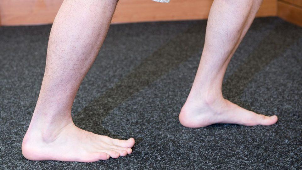 Protažení lýtkového svalu v detailu, kdy vidíte postavení obou dolních končetin. Pata ani jedné nohy se nezvedá, je pevně v kontaktu s podložkou
