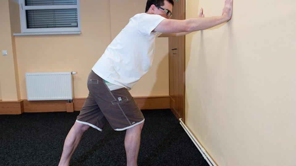 Protažení lýtkového svalu probíhá podobně, jako když chcete odstrčit zeď. Protahovaná noha (vzadu) je patou na zemi, špičky směřují vpřed. Cvik probíhá opět s výdechem do příjemného pnutí. Stejně pak cvik opakujte s použitím druhé nohy