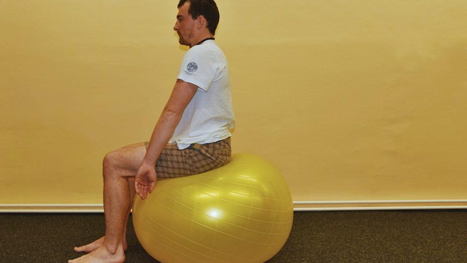 S výdechem proveďte rotaci v zápěstí a ramena dopředu natlačte před sebe. Obzvlášť pozor dávejte na postavení hlavy, v žádném případě by být předsunutá. S nádechem se vraťte zpět do předchozí polohy. Tento cvik opakujte 5x