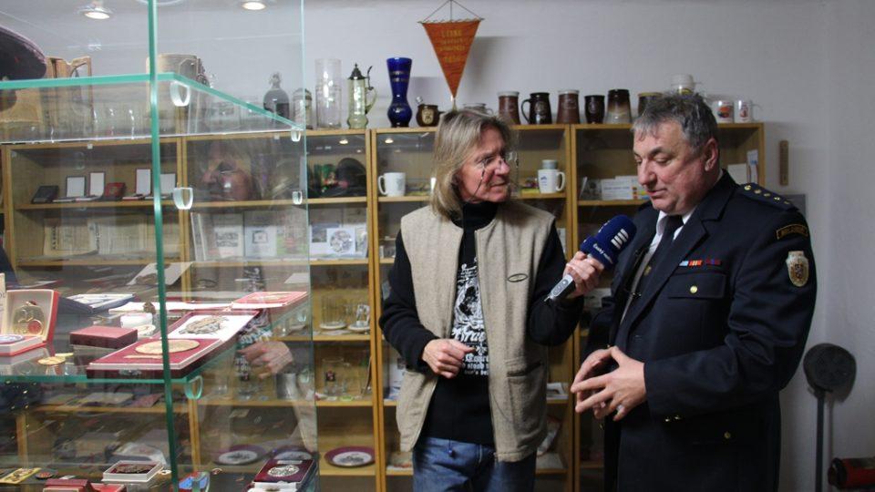 SDH Záboří bojuje v soutěži Dobráci roku. Sbor provozuje vlastní minimuzeum, na snímku starosta Josef Kovářík