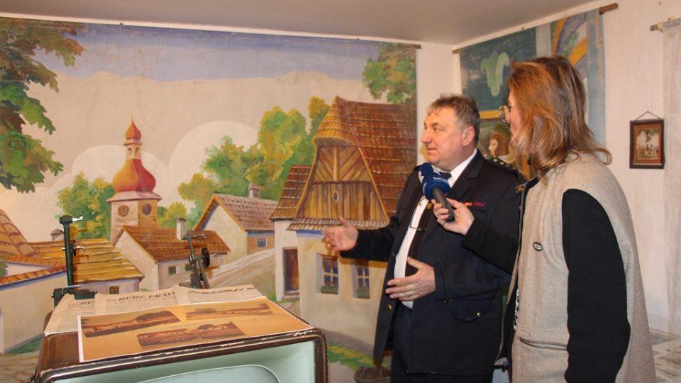 SDH Záboří bojuje v soutěži Dobráci roku. Sbor má vlastní muzeum, v první místnosti na první pohled zaujme divadelní kulisa