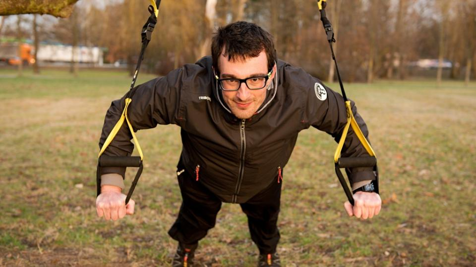 Přechod do kliku (s výdechem). Pozor dejte na nestabilitu závěsného systému, díky které posilujete nejen vnější svalové skupiny, ale zapojujete komplexně i vnitřní svalový systém
