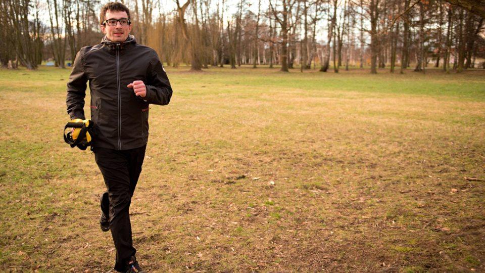Díky skladnosti a nízké hmotnosti závěsného systému se z něj stává ideální doplněk pro posilování v přírodě, při procházce nebo běhu