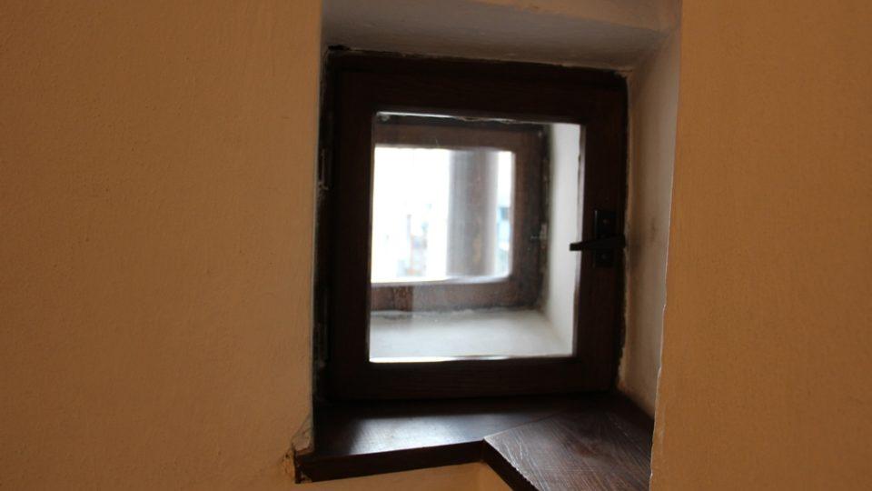 Wortnerův dům v Českých Budějovicích. Postranní okénko vede do ulice U Černé věže. Lidé jím dříve sledovali, zde se neblíží nebezpečí