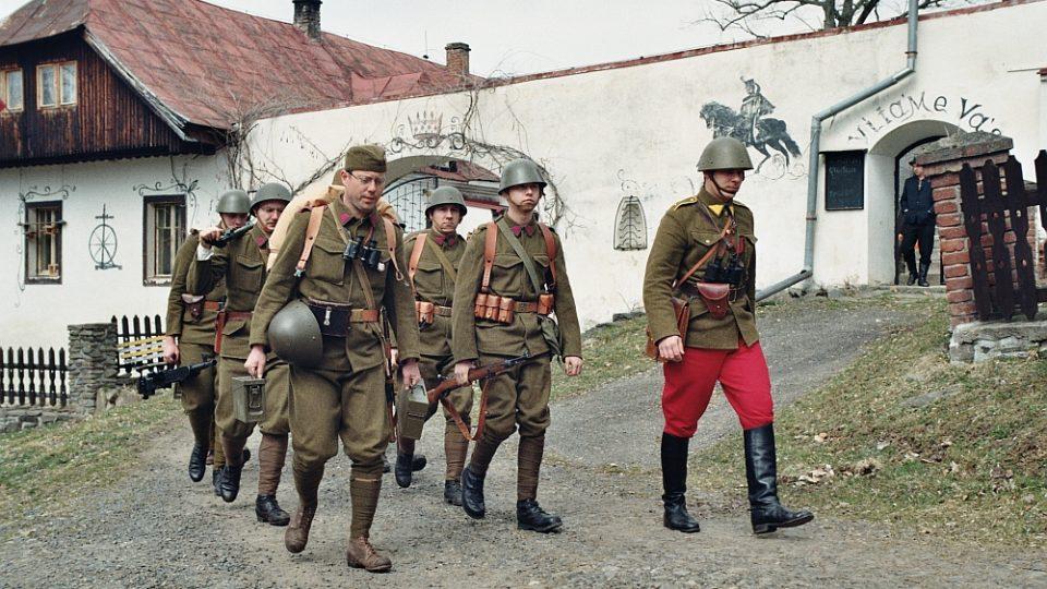 Hrané scény pro dokument natočili členové klubů vojenské historie během jednoho víkendu