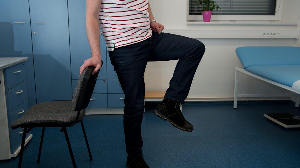 Uvolnění dolní končetiny v kolenu – opření o židli zdvihněte nohu a zakružte kolenem na jednu a na druhou stranu. Nejde o to, abyste kroužili do krajních poloh, ale pouze o to, aby bylo koleno odlehčené a v pohybu, jedině tak dojde ke správnému uvolnění