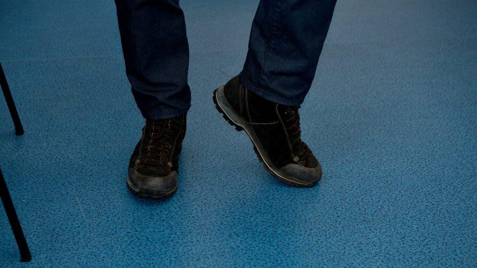 Uvolnění nohy v kotníku. S odlehčenou nohou ve stoje kružte kotníkem nejdříve na jednu a poté na druhou stranu. Zouvat se při tom nemusíte, jedná se o uvolnění v každé situaci, jako při práci v kanceláři nebo po dlouhodobém sezení