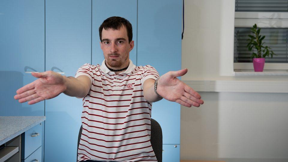 Po dlouhém sezení u počítače nebo televize je prima uvolnit si ruce a celé horní končetiny, zlepší to krevní oběh a přetížené ruce budou o poznání lehčí. V této poloze zakružte zápěstím na jednu, následně na druhou stranu. To samé proveďte s lokty