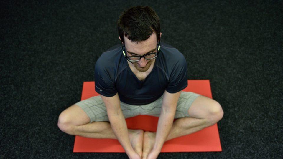 Ranní rozcvičku zakončete lehkým protažením třísel, čímž uvolníte a nastartujete velké kyčelní klouby. S výdechem lehce přitlačte kolena k zemi, s nádechem uvolněte. Nohy zůstávají zapřené chodidly do sebe, záda mějte rovná a ramena lehce tlačte dolů