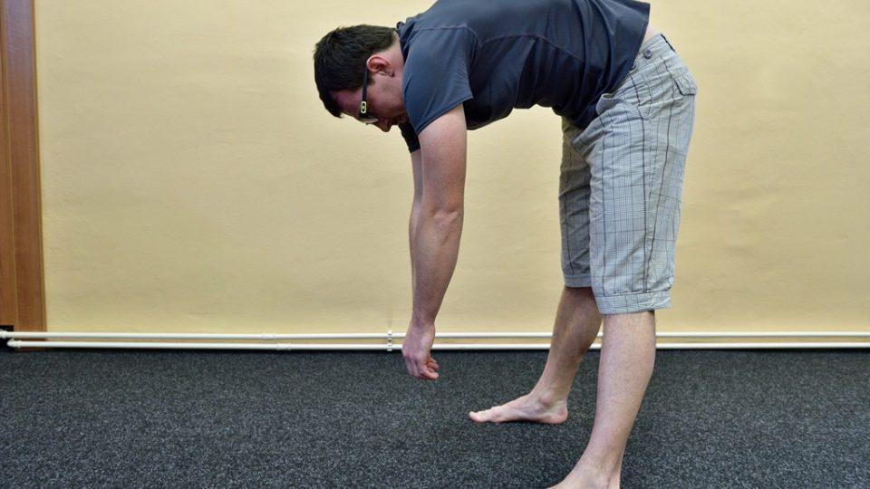 Hlubokým předklonem s výdechem protahujete záda. Ruce visí naprosto volně a předklon provádějte do polohy, ve které ucítíte příjemný tah v zadní části stehen. S nádechem se pomalu narovnejte, měli byste cítit každý páteřní obratel