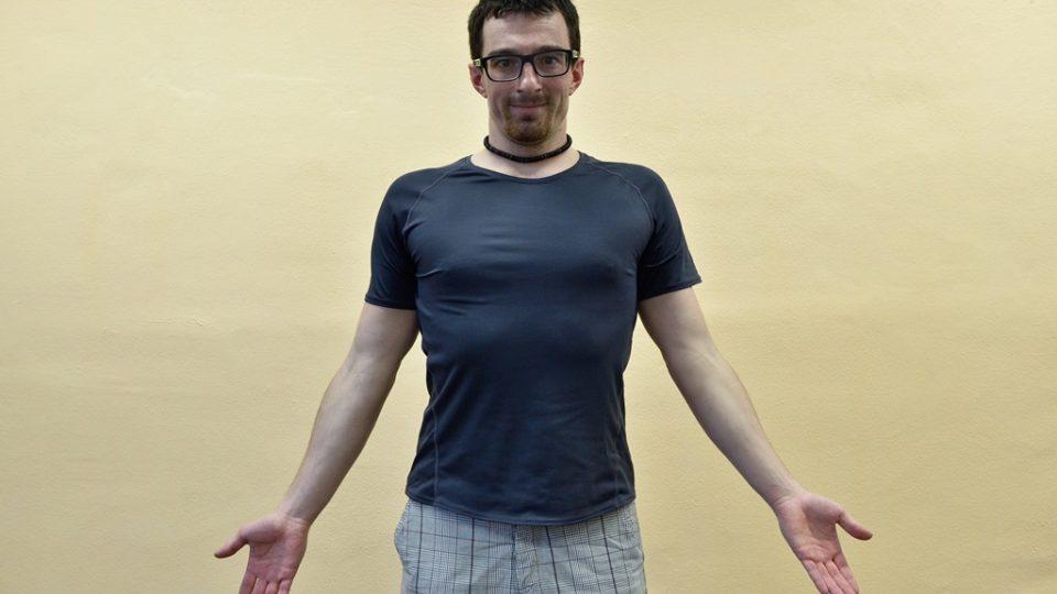 Rozcvičení ramen – pouhou rotací rozcvičíte nejen ramena, ale i část hrudníku. Při vytočení ramen před hrudník vydechujeme, při  návratu do původní polohy se nadechujeme