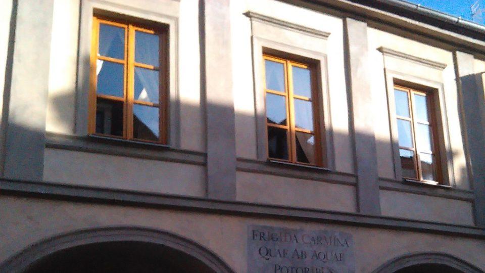 Na některých domech si mohou pozorní kolemjdoucí všimnout začernalých pískovcových ostění kolem oken. Pískovec zčernal při velkém požáru města v roce 1641