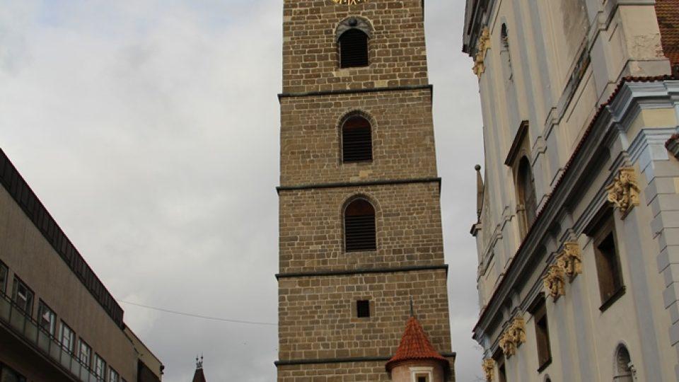 Černá věž neměla vždy svou charakteristickou barvu. Původně byla světlá a pískovec zčernal nejspíš při velkém požáru v roce 1641