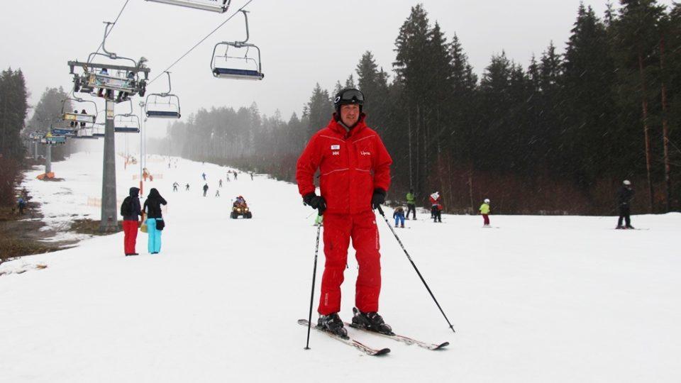 Lyžař tak, jak má vypadat. Na první pohled dominuje červená barva svrchního oděvu, ve kterém nezmrznete ani v těch nejtěžších zimních podmínkách nejen na českých horách. Stejně tak důležitá je ochranná přilba a brýle