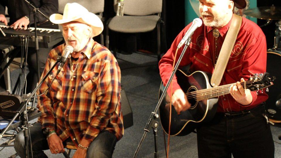 Tomáš Linka vystoupil ve studiovém sále budějovického rozhlasu s kapelou Starý fóry