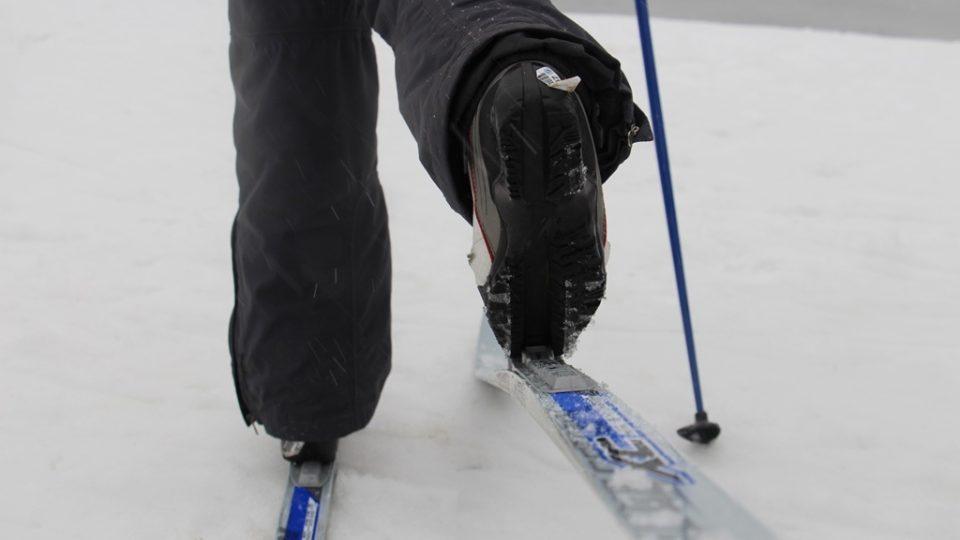 Pod botou najdete žlábek, který přesně pasuje do plastového výstupu vázání. Na konci boty je kovová hrazdička, která se upíná do vázání. Pozor si dávejte na zanesení botního žlábku sněhem