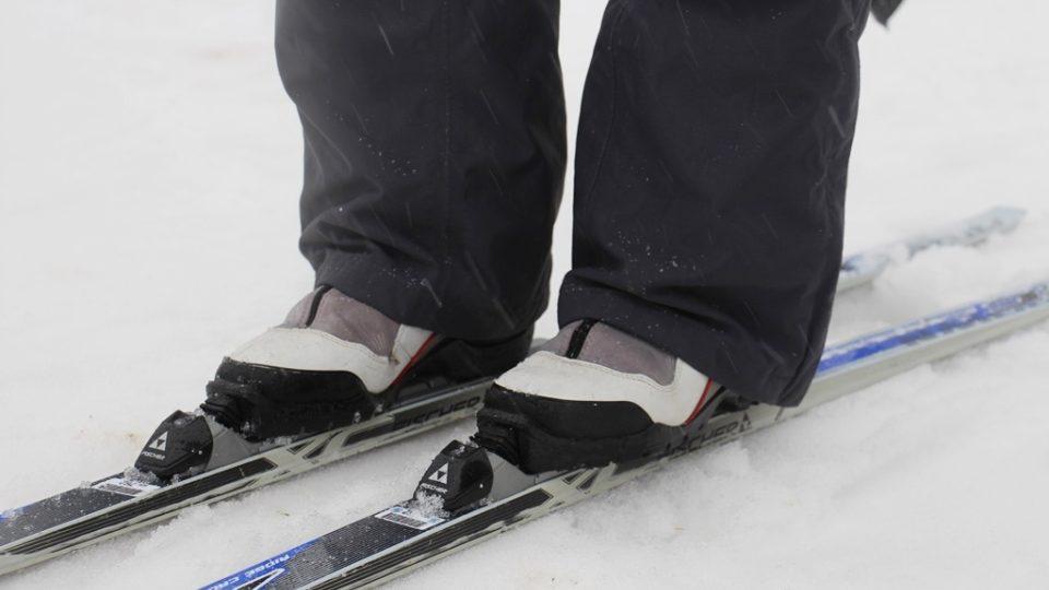 Vázání běžeckých lyží s obutím. Na snímku obuv určená pro klasický styl lyžování