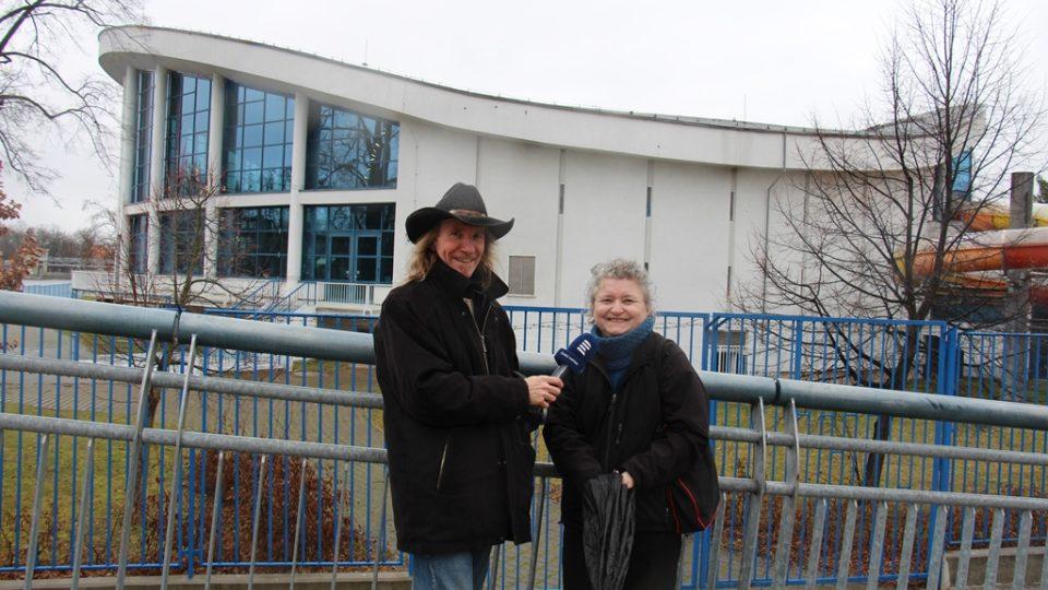 Redaktor Zdeněk Zajíček a architektka Marika Petrmanová před budovou plaveckého stadionu