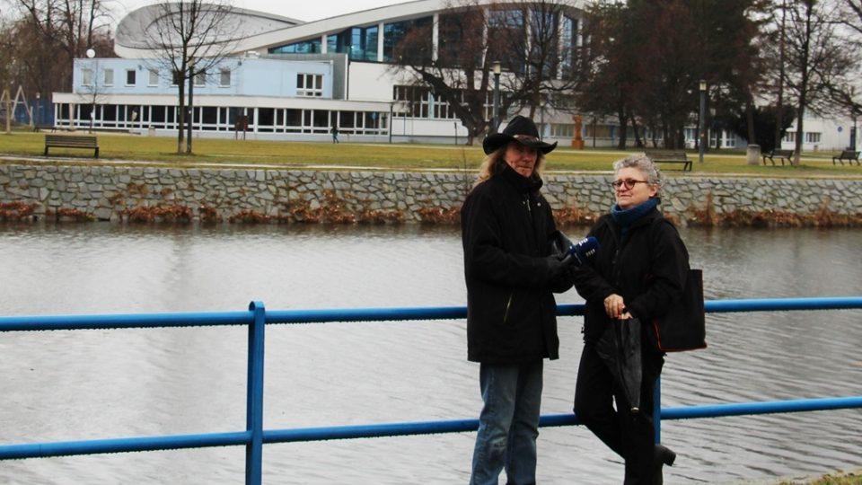 Redaktor Zdeněk Zajíček a architektka Marika Petrmanová s budovou plaveckého stadionu za zády