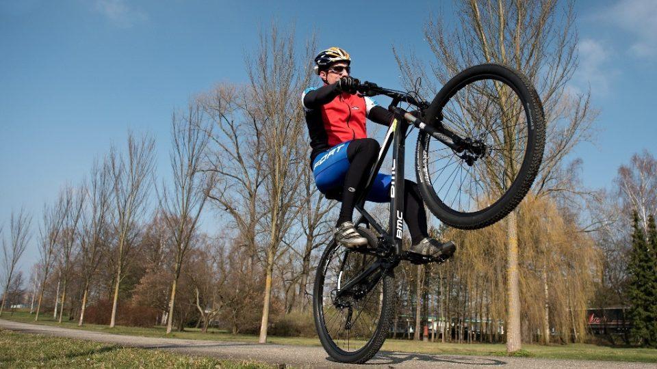 Jízda na kole je jedním z nejzdravějších pohybů. Váhu těla má jezdec souměrně rozdělenou mezi ruce a sedací partie, zároveň nepřetěžuje dolní končetiny