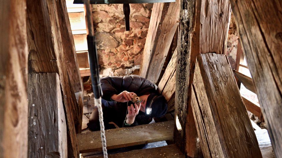 Tým, který zaznamenává hlasy jihočeských zvonů, vede Jan Kopřiva. Úkolem je nejen nahrát zvuk, ale i zjistit vše o zvonu
