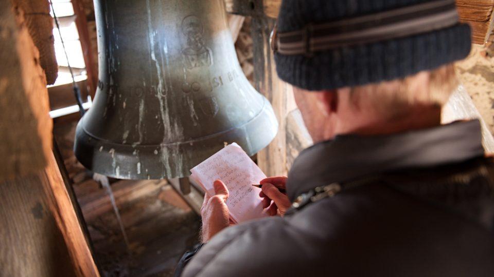 Tým, který zaznamenává hlasy jihočeských zvonů, vede Jan Kopřiva. Nápisy na zvonech jsou často v cizích jazycích, v latině, němčině. Proto další práce čeká na reportéra doma