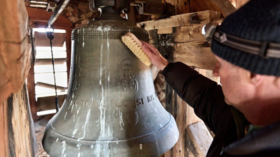 Zvony jsou pro Jana Kopřivu i určitým symbolem. Proto je také občas očistí