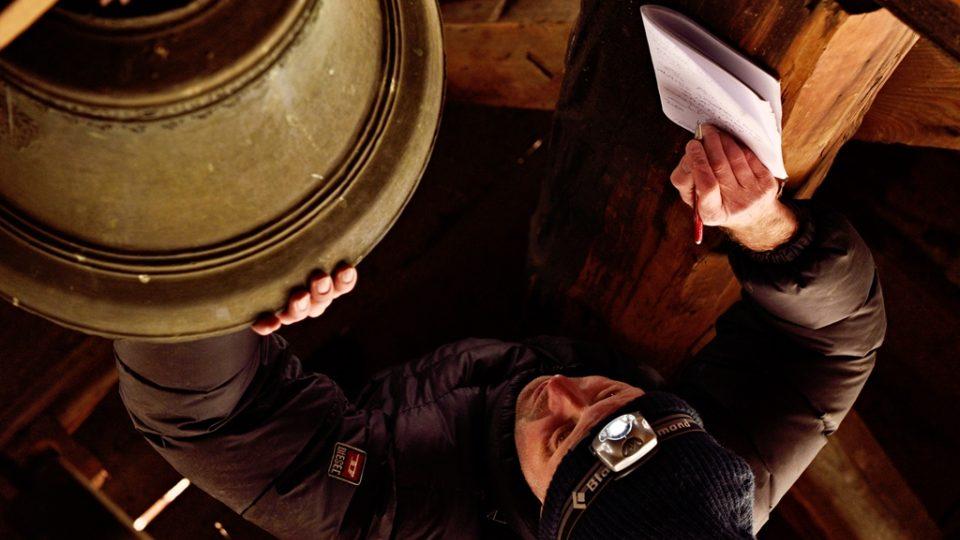 Tým, který zaznamenává hlasy jihočeských zvonů, vede Jan Kopřiva. Při prohlídce zvonu nesmí vynechat žádné zákoutí