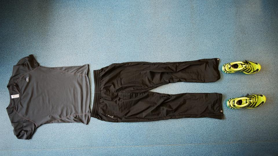 Běžecké oblečení by mělo být z funkčního materiálu a především pohodlné. Nezapomínejte na vrstvení. Lépe je se obléci do několika vrstev, které lze postupně vysvlékat