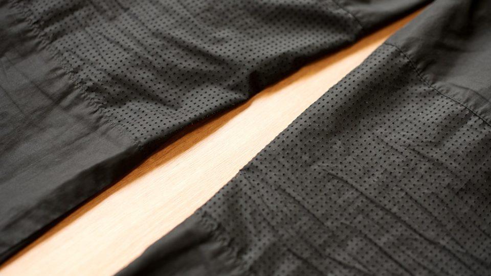 """Běžecké kalhoty mohou být volné nebo elastické, tedy obtažené. Na snímku jsou """"šusťáky"""" určené na běh v jarním počasí. Jsou z velmi tenkého materiálu a mají odvětrání v zadní straně kolen"""