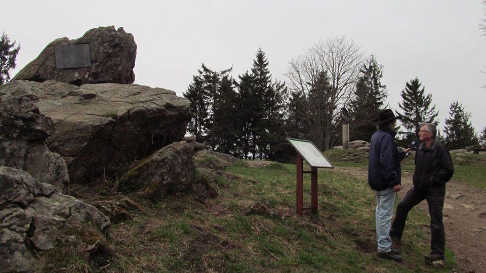 Pamětní deska na vrcholu Kleti se znovuzrodila také díky Společnosti žebříkového kamene na Kleti