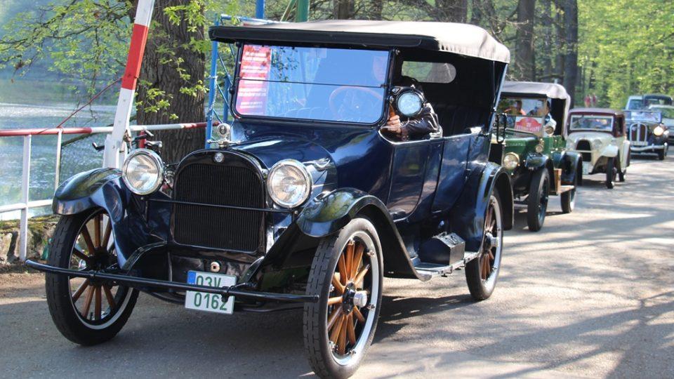 Historické vozy opět vyjely na cestu krajem z Křivonosky