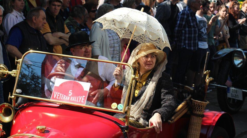 Historické vozy opět vyjely na cestu krajem z Křivonosky. Řidiči a spolujezdci byli stylově oblečení