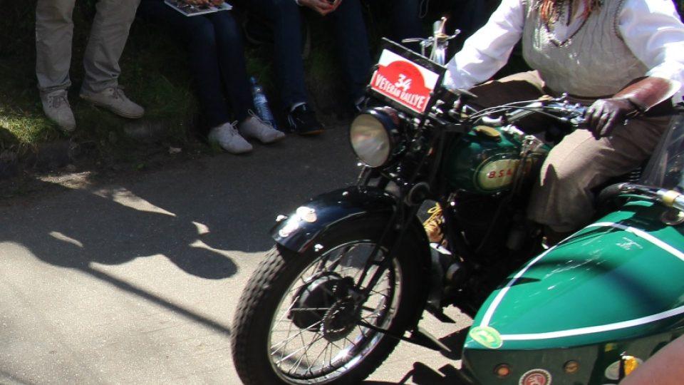Historické vozy opět vyjely na cestu krajem z Křivonosky. Libuše Šulcová je jediná žena, která při závodu řídí motocykl se sajdkárou