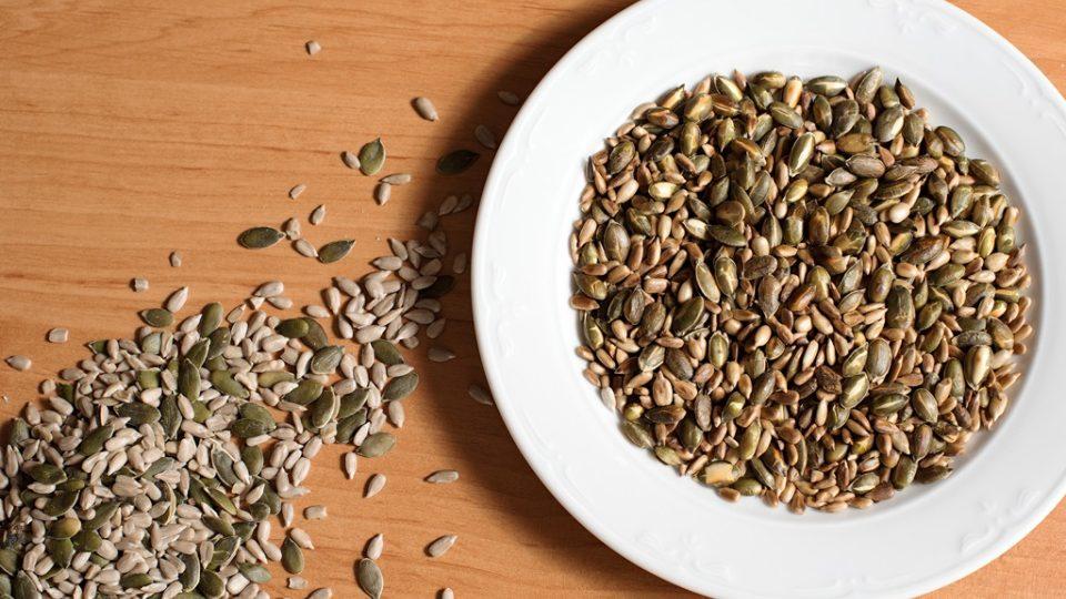 Semínka je lepší před přidáním trošku opražit. Získají tak mnohem výraznější chuť