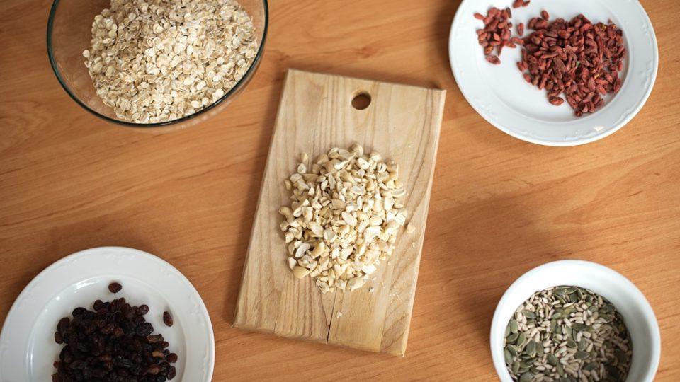 Mezi základní ingredience na přípravu müsli patří ovesné vločky, sušené ovoce, semínka a ořechy. Müsli si můžete zpestřit například přidáním goji